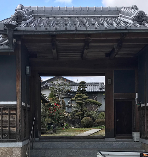 photo of a Japanese gate